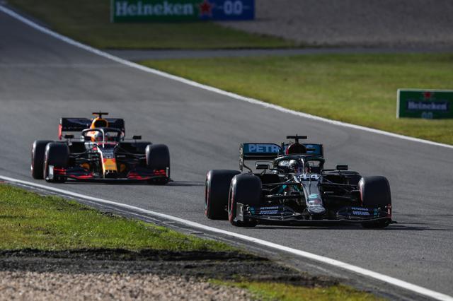 画像: 優勝したルイス・ハミルトンと2位のマックス・フェルスタッペン。レース終盤のファステストラップを巡る攻防は見応えがあった。