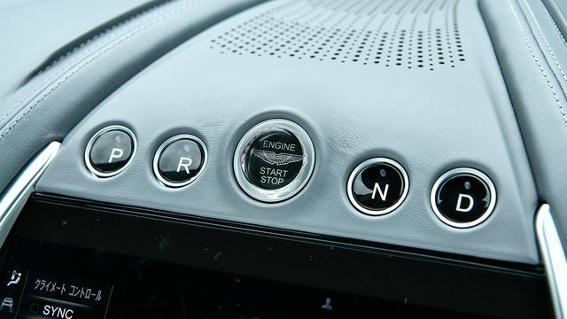 画像: エンジンスタート/ストップスイッチを囲むように左にPとR、右にNとDを配置。