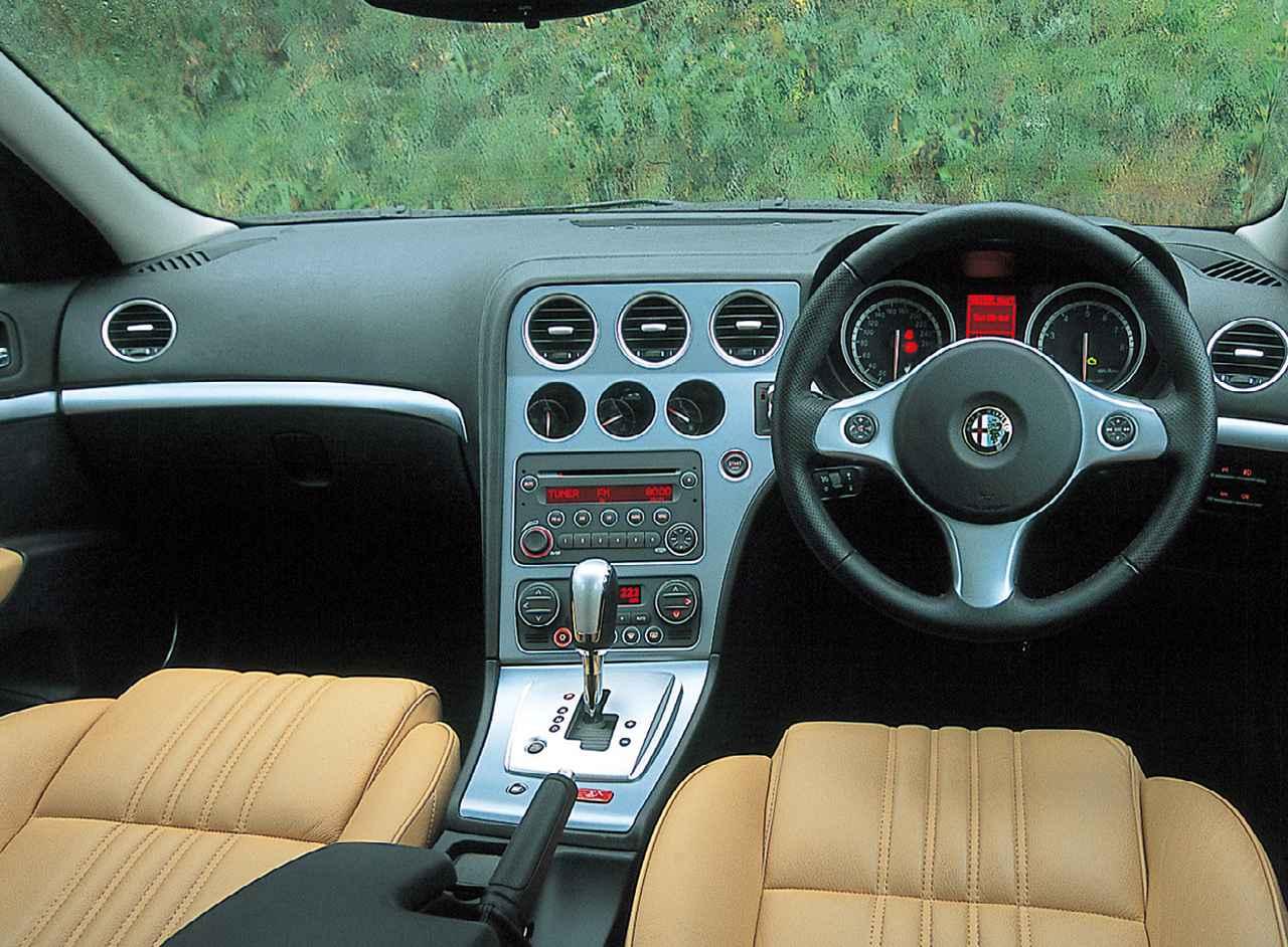 画像: アルファ159スポーツワゴン3.2JTS Q4 Qトロニックディスティンクティブのインテリア。スポーティなルックス、官能的なエンジンフィールによく似合っている。