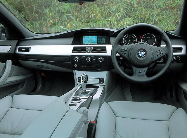 画像: BMW550iツーリングのインテリア。ゆったりとした広さや重厚さとともにスポーティさを感じさせる。