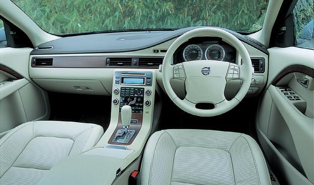 画像: ボルボV70 T-6 TE AWDのインテリア。派手さやきらびやかさといったものはないが、実直で優しく、心地よい。