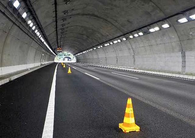 画像: 3車線化が完成したトンネル部