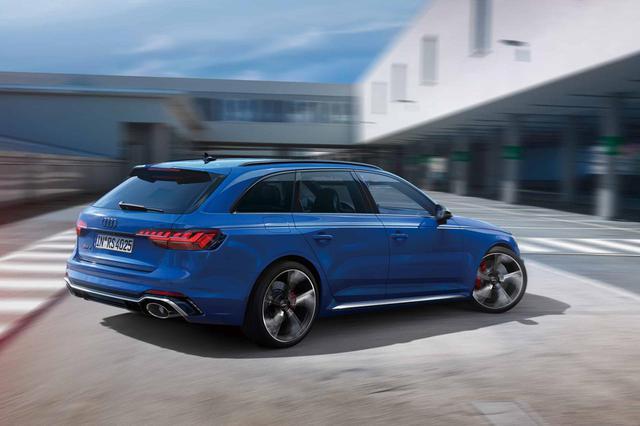 画像: RSモデル誕生25周年記念モデルとして設定されたRS4アバント RS 25 yearsは35台限定で販売される。濃い青のボディカラー、ノガロブルー・パールエフェクトが印象的。