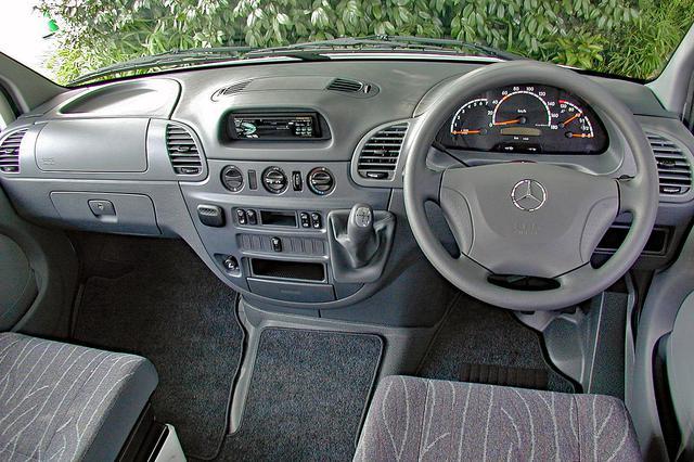 画像: 左右のシート間隔はあるが、商用車とは思えないインパネまわり。インパネシフトのセミATはマニュアルモード付き。ペンやメモのホルダーも備わる。