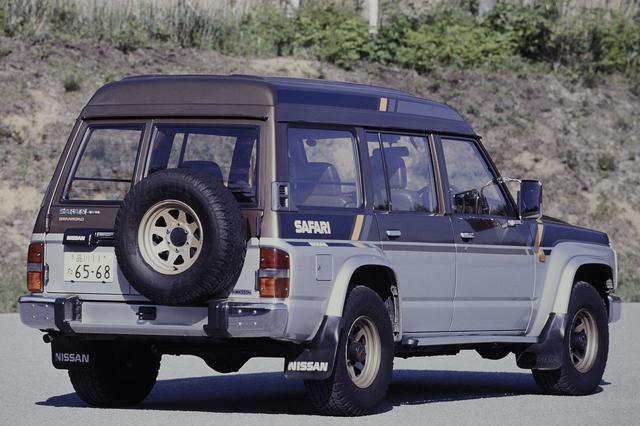 画像: 背面のスペアタイヤと前後のマッドガードは全車に標準装備された。