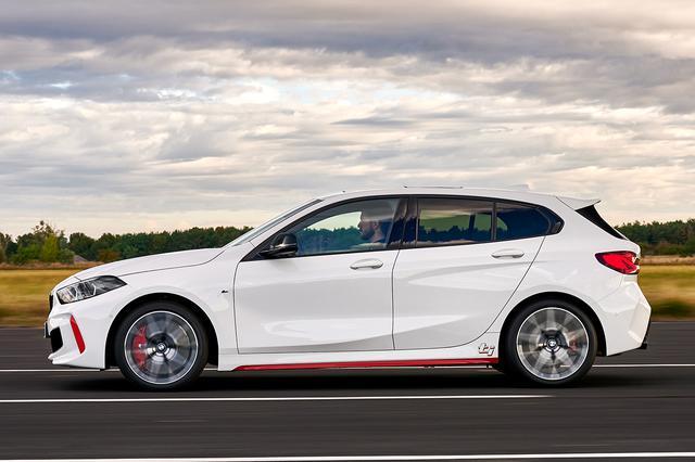画像: 新型BMW 128tiの外観はBMW 118tiと大きく変わらないが、随所の赤いアクセントが特徴的だ。