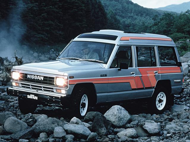 画像: 1980年に登場した初代サファリ。写真は1985年のマイナーチェンジで角型ヘッドライトになったハイルーフ仕様。