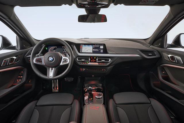 画像: 新型BMW 128tiの内装はブラック基調。赤いスティッチがレーシーな気分を盛り上げてくれる。
