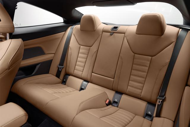 画像: サイズのアップに伴いリアシートのスペースも拡大されており、大人ふたりが十分に座れる空間を確保している。