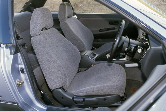 画像: ヘッドレスト一体型のシートバックから、一般的なローバックシートとなった。