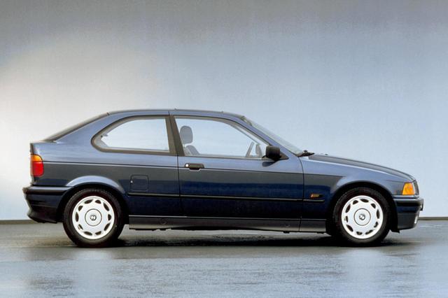 画像: 1994年に日本市場でも発売された3シリーズコンパクトの「318ti」。全長はセダンより23cmほど短かった。