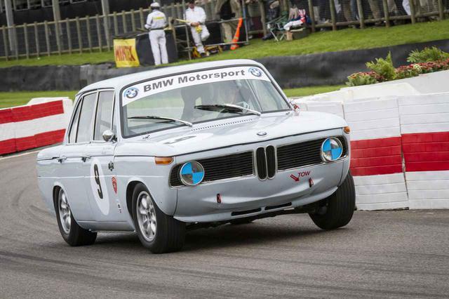 画像: 1960年代にレースでも活躍したBMW 1800ti。「ti」は「Touring International(ツーリング インターナショナル)」の頭文字からとられたという。