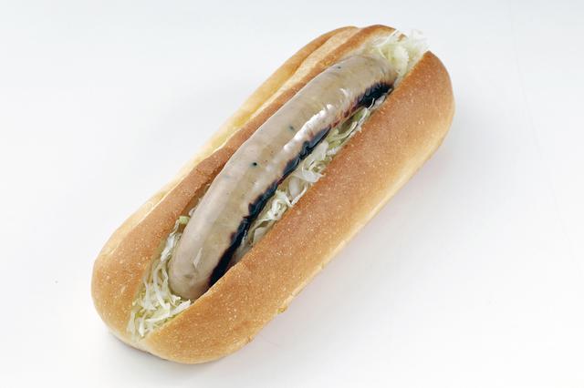 画像: テイクアウトの「Goody Roasters」で販売される「とん漬けドッグ」(480円)。厚木名物のとん漬けのソーセージを使う。