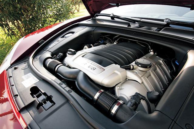 画像: 吸気系の一新でカイエンS用より20psアップの最高出力405psを発生する4.8L V8。発生回転数も300rpm高い6500rpmとなった。