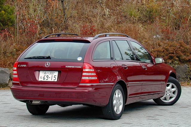 画像: C180KとC200Kの価格差は60万円。写真のC200Kワゴンは475万円だがアルミホイールは標準装備となっている。