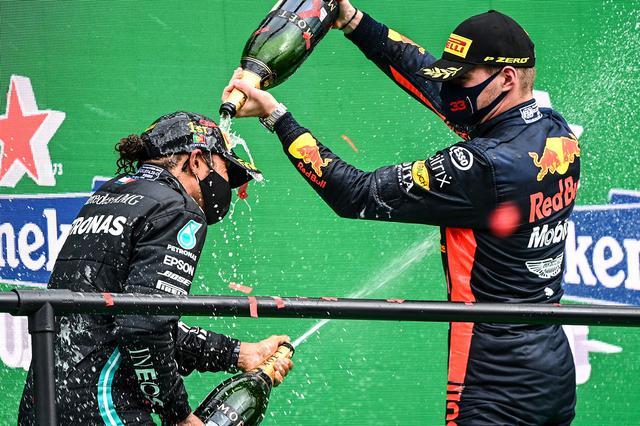 画像: 優勝したハミルトン(左)とフェルスタッペン。スタート時はグリップ不足に悩まされたフェルスタッペンだったが、タイヤが温まってからは安定した速さを見せた。