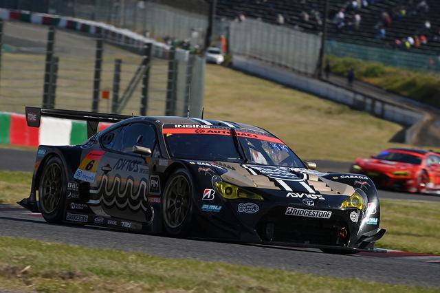 画像: ミニマム周回数でピットに入りトップに立った6号車だが、同じ作戦の21号車にこの後追われる展開に。