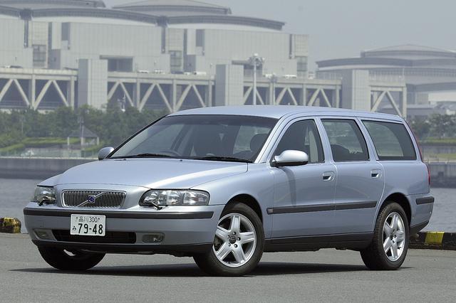 画像: 外寸や車両重量などは、ベース車のV70とまったく同じ。専用色のライトブルーメタリックは明るい雰囲気でV70に似合っている。