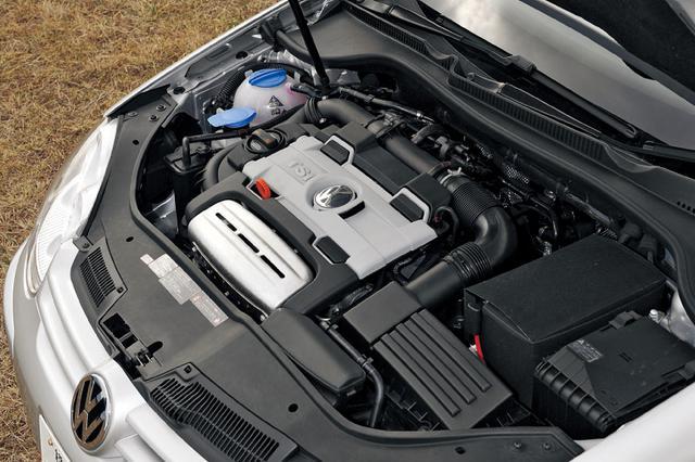 画像: エンジンは外観上170ps仕様の1.4TSIツインチャージャーとまったく見分けがつかない。つまりメカニズムに差異はないということ。