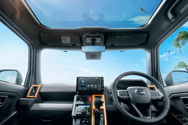 画像: ダイハツ タフト全車に標準装備されるスカイフィールトップ。開閉はできないものの、スーパーUVとIRカット機能付きにより日焼けや室内温度の上昇を抑えてくれる。
