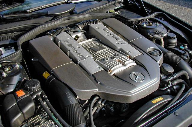 画像: SL500のエンジンのストロークを8mm伸ばし、インタークーラー付きスーパーチャージャーを装着。チャンバーにはAMGのロゴが刻まれる。
