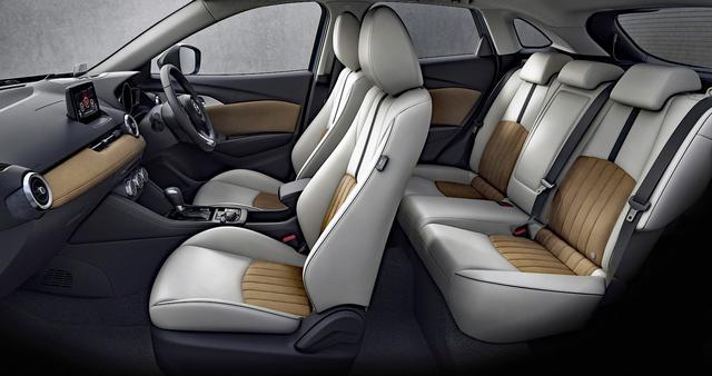 画像: シート地にはピュアホワイトの人工皮革、シート中央はインパネなどと同じグランリュクスを使用している。