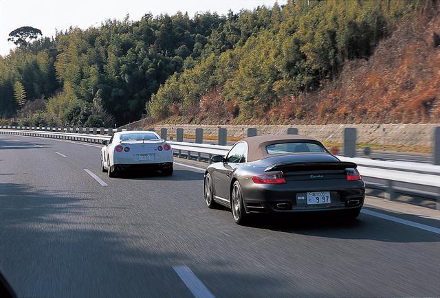 画像: 両車とも速いが、感覚的にはレーシングカー(GT-R)とスポーツカー(911ターボ)ほどの違いがある。