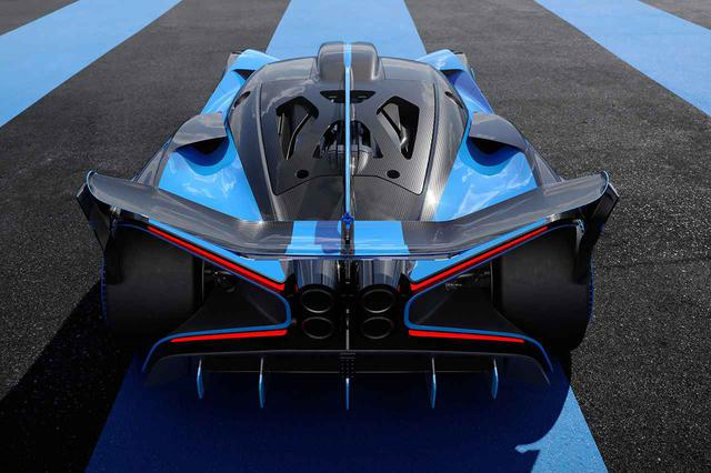 画像: ブガッティ ボリードはサーキット専用のため、エンジンカバーにガラスがなく軽量化の一助となっている。