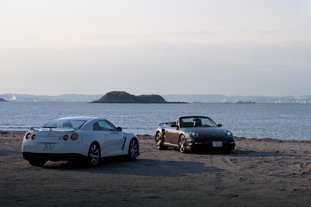 画像: GT-Rと911ターボカブリオレはボディ形態もレイアウトも異なるが、スペックでは共通点が多い。