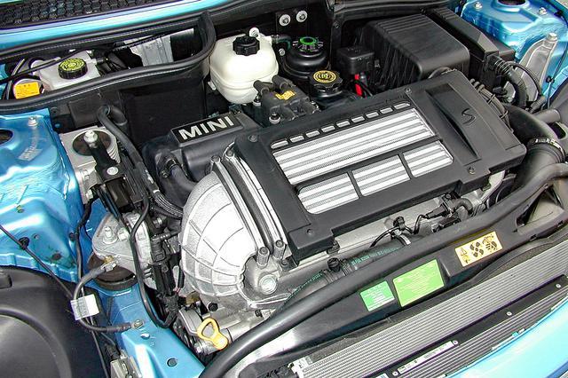 画像: エンジン上に大きな空冷式インタークーラーが備わるスーパーチャージド エンジンは、163psと21.4kgmで1180kgのボディを加速させる。