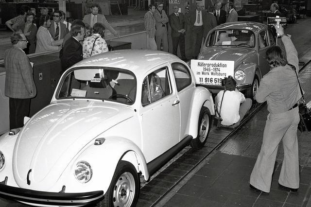 画像: ドイツのウォルフスブルク工場では、1974年までビートルが生産された。空冷リアエンジンの流線型という戦前の設計方式ながら、完成度の高い小型車だった。