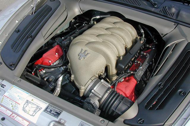 画像: フェラーリ由来の90度V8 DOHCは4.2Lの排気量から390psと46.0kgmを発生する。そのサウンドは、なかなか豪快だ。