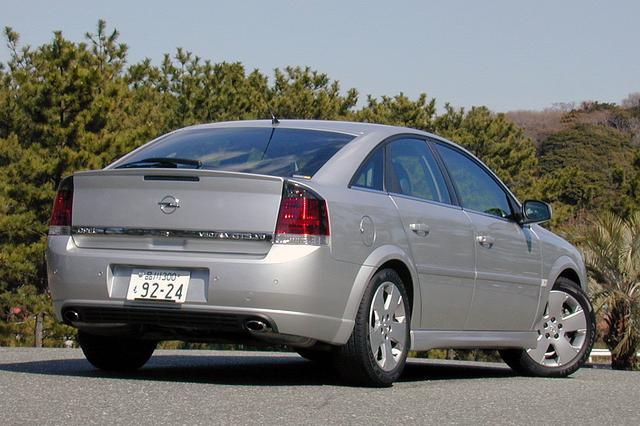 画像: 3.2Lではテールパイプが左右出しとなる。0→100km/h加速は7.5秒、最高速は248km/hとオペル量販車中最速を誇る。車両価格は415万円。