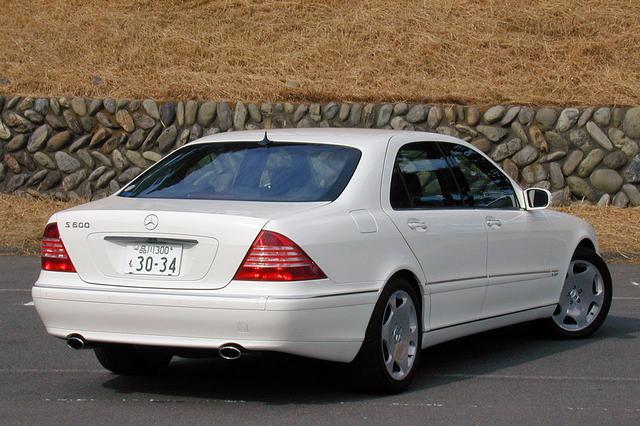 画像: リアまわりではバンパーとテールランプのデザインを変更。S600はロングボディだけなので、エンブレムに「L」は付けられていない。