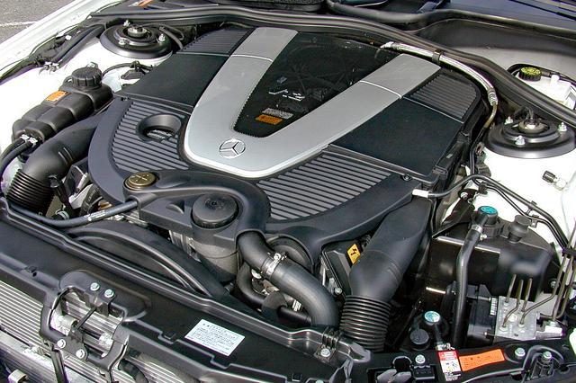 画像: V12エンジンは5.5Lに排気量ダウンしたがツインターボ化されて500psと81.6kgmを発生する。トランスミッションは5速ATのままだった。