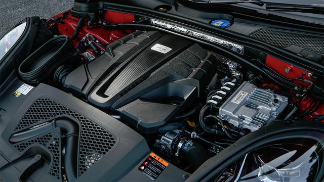 画像: マカンターボと同じDGR型2.9L V6ツインターボエンジンだが、こちらの最高出力は380ps、最大トルクは520Nm。