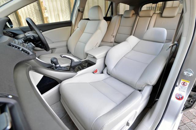 画像: ツアラー 24iL のシート。横方向のショルダースペースが65mm拡大した車内(先代比)。細部にまでこだわり、パーツとパーツの隙間を最小限にする、触った感触がいい素材を使うなどの工夫がされている。