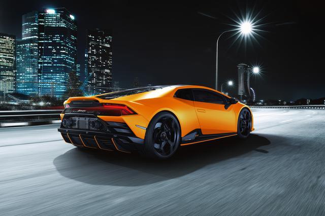 画像: Arancio Livrea(アランチョリヴリア=オレンジ)のウラカン EVO フルオカプセルマットブラックのミラーやリアスプリッターにボディと同色のカラーラインが加えられる。タイトル写真のボディカラーはVerde Shock(ヴェルデショック=グリーン)。