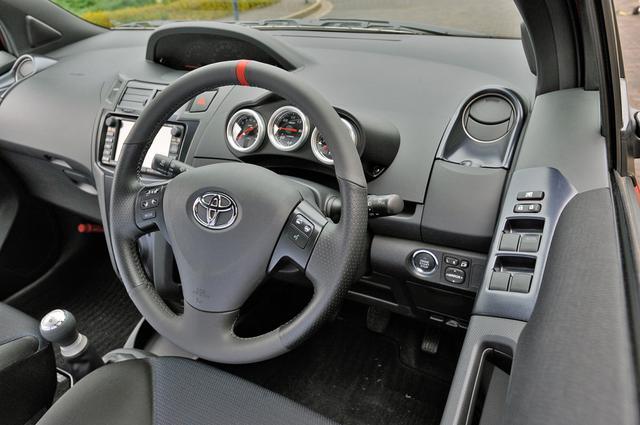 画像: インテリアのパネルは色調を変更し、ドライバー正面には/ブースト/油圧/油温の3連メーターがセットされる。
