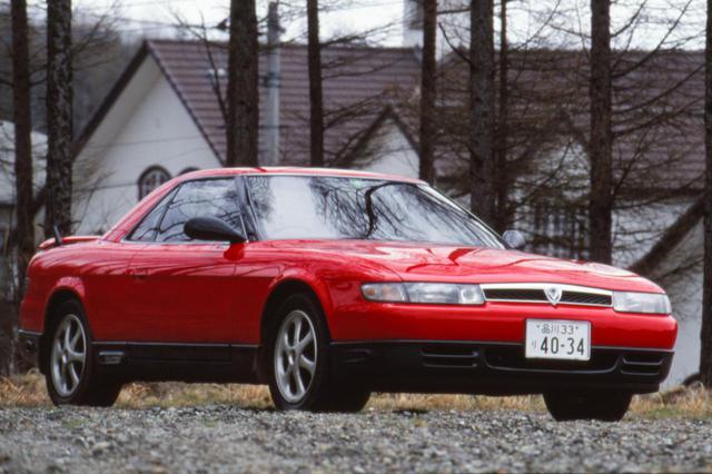 画像: 1990年発売のユーノス コスモ。写真のグレードは、バケットタイプのシートや16インチアルミホイール、4本出しテールパイプなどを採用した3ローター(20B)モデルのタイプS。