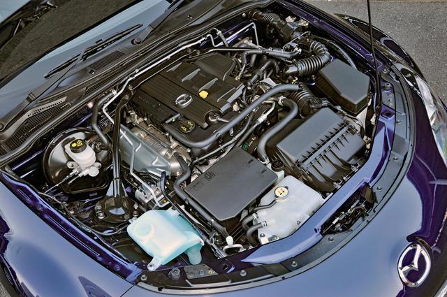 画像: 向かって右側のバルクヘッドから延びるパイプが心地良いエンジン音を奏でるインダクションサウンドエンハンサーの一部。