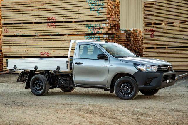 画像: シングルキャビンに簡易的な荷台を装着、また鉄ホイールや無塗装バンパーの採用などにより車両価格を抑えられたベーシックグレード「ワークメイト」。オーストラリアをはじめとする市場でカタログモデルとして販売されている。