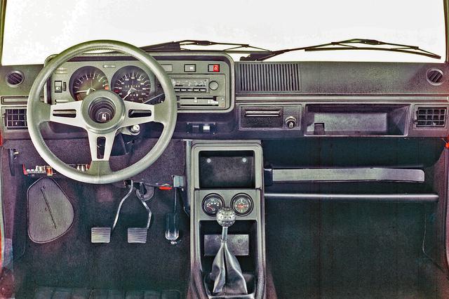 画像: 初代ゴルフ GTIのコクピット。メーターは220km/hまで刻まれている。ギアは4速MT。シフトノブはゴルフボール形状。