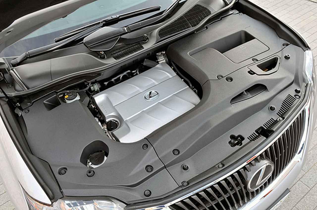 画像: 遮音性を重視して、エンジンルームは写真のようにヘッドカバー部分を除いてほとんど覆われている。
