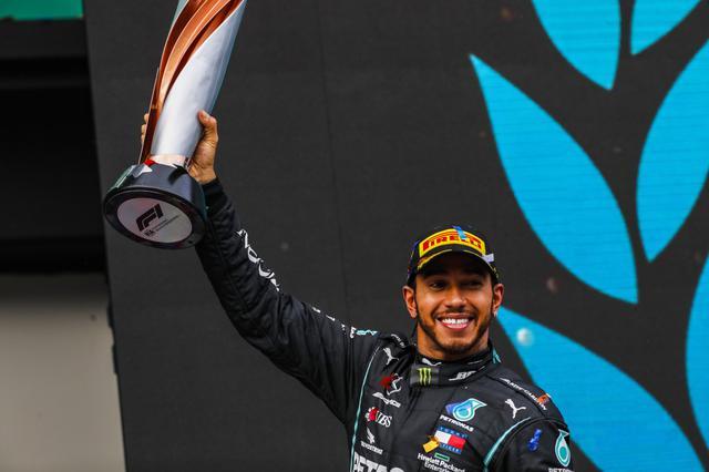画像: 優勝で7回目のドライバーチャンピオンを決めたメルセデスAMGのルイス・ハミルトン。ミハエル・シューマッハーに並ぶ大記録を達成。