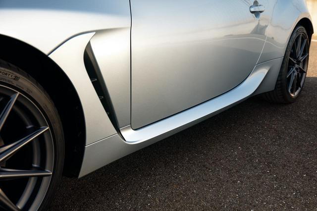 画像: 次期BRZのフロントタイヤ後方に設けられたエアアウトレットやトランクリッドのスポイラーなどにより、空力性能の向上とともに視覚的なアグレッシブさも強調されている。
