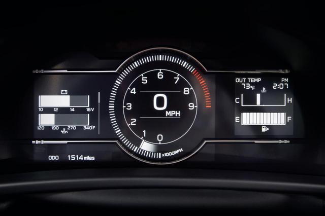 画像: 次期BRZの7インチ デジタルメーター。レッドゾーンはおよそ7500rpmから始まっているが、これは従来モデルも同様だった。このメーターデザイン、どことなくボクサーエンジンをイメージしているようにも見える。