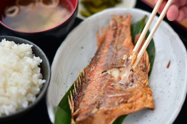 画像: 11月上旬の取材では「市場のおさかな定食」(1000円)に赤魚が使用されていた。旬のものだけに身が厚く、脂もたっぷり。