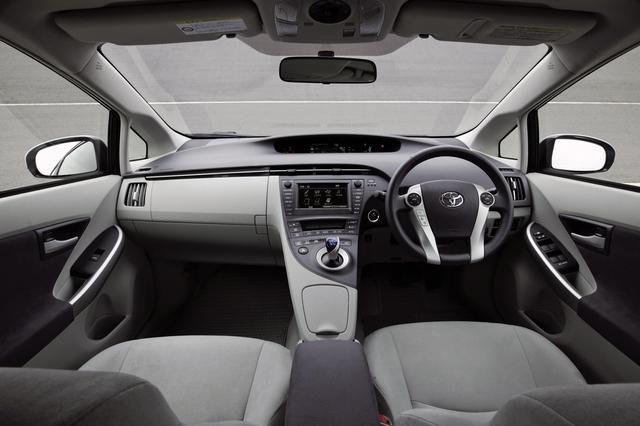 画像: ベースになったオーリスを彷彿とさせるも、はるかに質感は高く仕上げられている。ドライブ情報はセンターメーター上に集中配置。