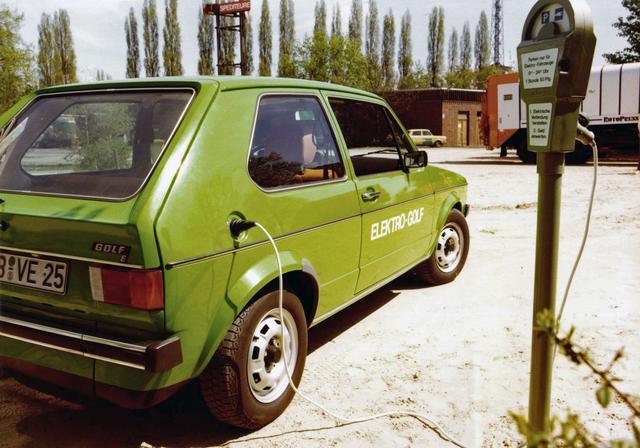 画像: 1976年につくられたEVバージョンの「エレクトロ ゴルフ」。この写真ではパーキングメーターから電気をとっている。